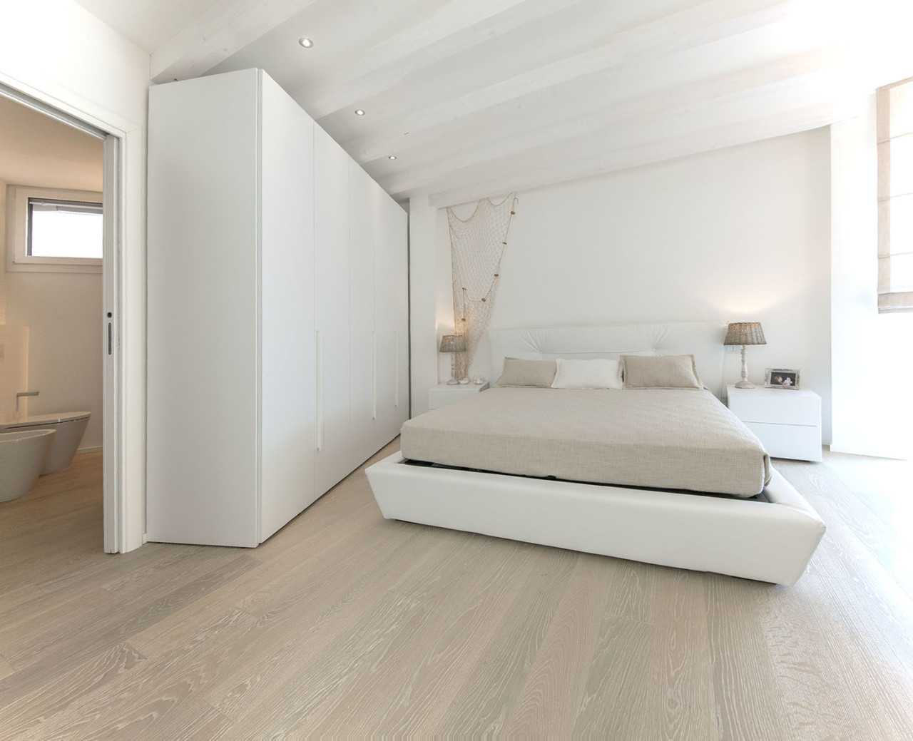 Total white i love parquet - Camera da letto mare ...